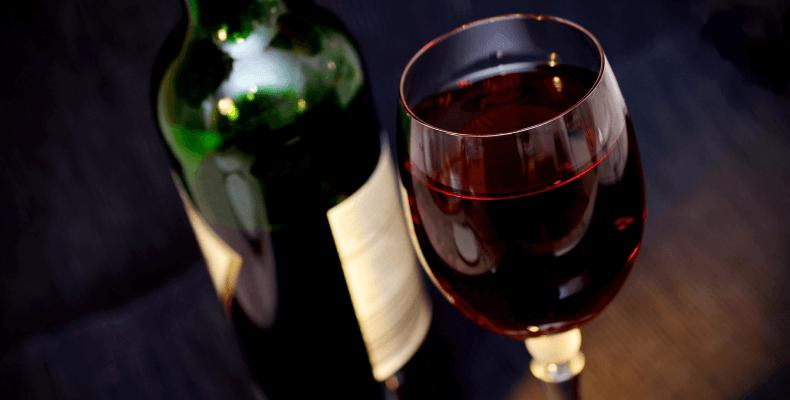 plamy z czerwonego wina