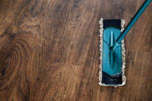 jak dbać o panele podłogowe