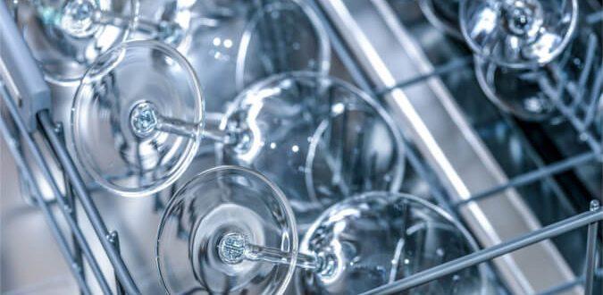 Mycie w zmywarce czy mycie ręczne – co bardziej się opłaca?
