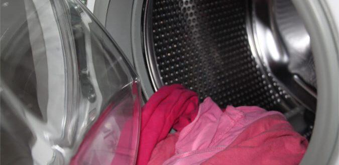 Dlaczego pranie się nie wypłukuje - brudne ubrania z pralki