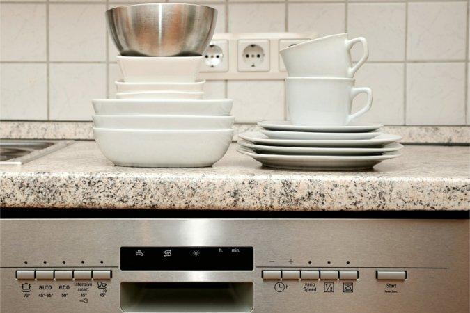 czy płukać naczynia przed włożeniem do zmywarki