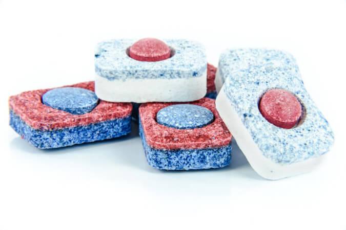 Domowe sposoby na przypalony garnek - tabletki do zmywarki