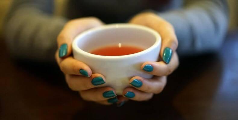 Osad z herbaty na kubku