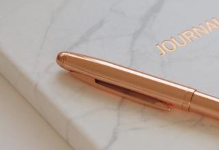 Jak usunąć plamy z długopisu - porady czym zmyć długopis