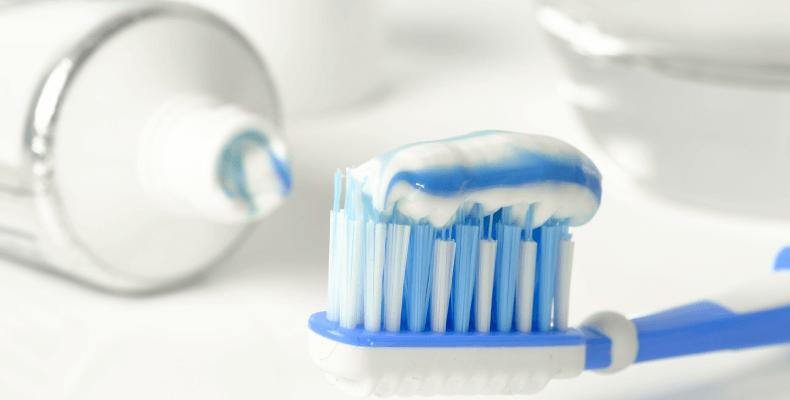 Pasta do zębów na plamy z długopisu