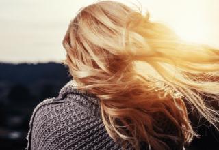 domowe sposoby na zniszczone włosy