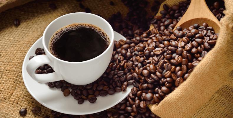 domowe sposoby na zniszczone włosy - płukanka z kawy